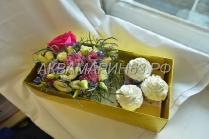 Подарочный набор с капкейками и цветами