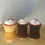 Легкие ванильные капкейки и темным шоколадом, кунжутом и семенами тыквы