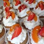 Полезные капкейки с расторопшей и льном, украшены кремом маскарпоне и свежими ягодами
