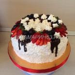 Торт с клубникой и виноградом