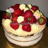 Открытый торт со свежей клубникой и кремом
