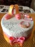 Торт на заказ для девушки, с короной и туфлями, розовового цвета