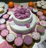 Торт с красивым цветком и капкейки