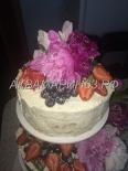 Свадебный торт с ягодами и цветами